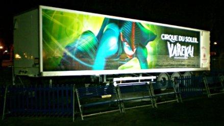 Camion con un cartelón de Varekai