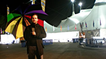 Servidor, con un paraguas del Cirque du Soleil